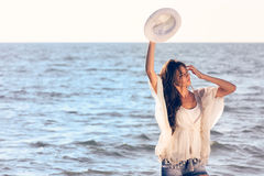 Młody żeński cieszy się słoneczny dzień na tropikalnej plaży Zdjęcie Royalty Free