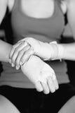 Młody żeński fachowy bokser wiąże w górę jej ręk obrazy stock