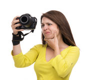 Młody żeński fotograf bierze fotografie patrzeje nowego cyfrowego c Obrazy Stock