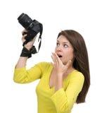 Młody żeński fotograf bierze fotografie patrzeje nowego cyfrowego c Fotografia Stock