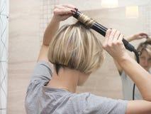 Młody żeński fryzowanie włosy obraz stock