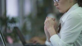 Młody żeński kierownik overloaded z papierkową robotą, musi spotykać ciasnego ostatecznego termin zdjęcie wideo