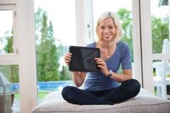Młody żeński mienie pastylki komputer osobisty Zdjęcia Royalty Free