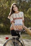 Młody żeński odprowadzenie z bicyklem w parku Zdjęcie Royalty Free