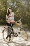 Młody żeński odprowadzenie z bicyklem w parku Obrazy Royalty Free