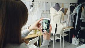 Młody żeński odzież projekta blogger jest mknącym krawiectwa atrapą z kończącą szatą przyczepiającą ono Zakończenie strzał zbiory wideo