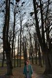 Młody żeński ornitolog obserwuje gawrony gniazdować wysoko w górę drzew w wiośnie w - Bauska, Latvia, 2019 zdjęcia royalty free