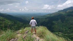 Młody żeński podróżnik iść przy krawędzią mini Adams szczyt zbiory