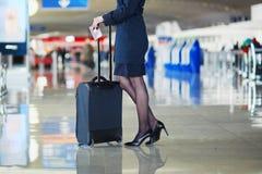 Młody żeński podróżnik w lotnisku międzynarodowym Obrazy Royalty Free