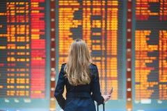Młody żeński podróżnik w lotnisku międzynarodowym zdjęcie stock