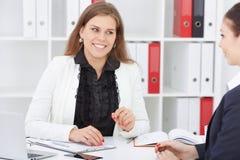 Młody żeński pracownik asekuracyjna agencja wchodzić do w kontrakt z dziewczyną Biznes, biuro, prawo i legalny, fotografia stock