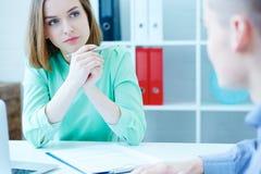 Młody żeński pracownik nadziewania agencyjny słuchanie attentively męska osoba poszukująca pracy Biznes, biuro, prawo i legalny, Obraz Royalty Free