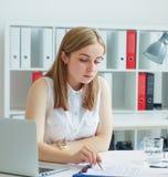 Młody żeński pracownik nadziewanie agencja pomaga wypełniać out formę zdjęcie stock