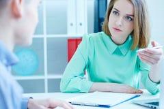 Młody żeński pracownik nadziewanie agencja pomaga wypełniać out formę męska osoba poszukująca pracy Biznes, biuro, prawo i Fotografia Stock
