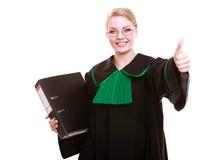 Młody żeński prawnika adwokat jest ubranym klasyczną połysku czerni zieleni togę Zdjęcia Stock