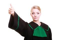 Młody żeński prawnika adwokat jest ubranym klasyczną połysku czerni zieleni togę Obraz Stock