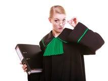 Młody żeński prawnika adwokat jest ubranym klasyczną połysku czerni zieleni togę Fotografia Stock