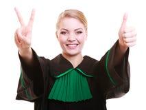 Młody żeński prawnika adwokat jest ubranym klasyczną połysku czerni zieleni togę Obraz Royalty Free