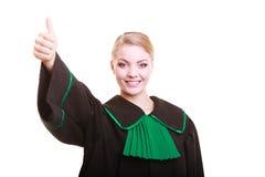 Młody żeński prawnika adwokat jest ubranym klasyczną połysku czerni zieleni togę Zdjęcie Stock