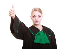 Młody żeński prawnika adwokat jest ubranym klasyczną połysku czerni zieleni togę Obrazy Stock