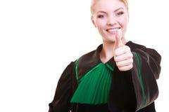 Młody żeński prawnika adwokat jest ubranym klasyczną połysku czerni zieleni togę Obrazy Royalty Free