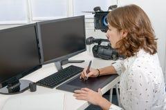 Młody żeński projektant używa grafiki pastylkę Fotografia Stock