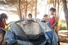 Młody żeński przyjaciela utworzenia namiot Zdjęcia Royalty Free