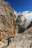 Młody żeński rockowy arywista w dolomitach, Sudtirol, Włochy Zdjęcie Stock