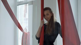Młody żeński słupa tancerz stoi blisko powietrzna tkanina i patrzeje kamerę, ono uśmiecha się Fotografia Stock
