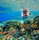 Młody żeński snorkler, bierze obrazki podwodny świat Fotografia Royalty Free