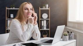 Młody żeński szef ma biznesu wezwanie w biurze zdjęcie royalty free
