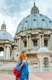 Młody żeński turysta chodzi przez dachu Świątobliwy Peter Zdjęcia Stock