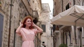 Młody żeński turysta egzamininuje ulicy stary miasto w Włochy, zakończenie w górę zdjęcie wideo