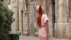 Młody żeński turysta egzamininuje ulicy stary miasto w Włochy, zakończenie w górę zbiory wideo