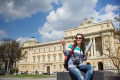 Młody żeński turysta z mapą i kamerą zdjęcie stock
