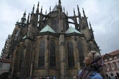 Młody żeński turystyczny trwanie na głównym placu z katedralny i sławny oparty wierza z powrotem tło wewnątrz Zdjęcie Stock