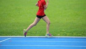 młody żeńskiej atlety bieg na kolor atletyka tropi gblu fotografia stock