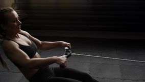 Młody żeńskiej atlety trening z władza symulantem w zwolnionym tempie w gym zbiory wideo