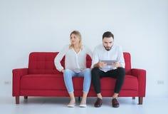 Młody żona bełt z męża konfliktem i nudziarstwo dobieramy się w żywym pokoju, Negatywna emocja obraz royalty free