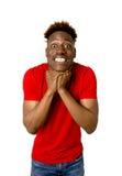 Młody życzliwy, szczęśliwy afro amerykański mężczyzna ono uśmiecha się excited i chłodno i rozochocony Obrazy Royalty Free