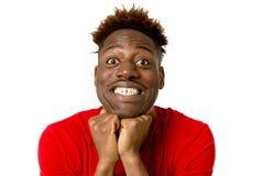 Młody życzliwy, szczęśliwy afro amerykański mężczyzna ono uśmiecha się excited i chłodno i rozochocony Fotografia Stock