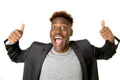 Młody życzliwy, szczęśliwy afro amerykański mężczyzna ono uśmiecha się excited i pozować chłodno i rozochocony odosobnionego Zdjęcia Royalty Free