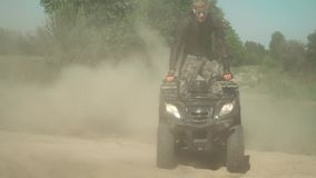 Młody adrenalina kochanek jedzie ATV w okręgach zbiory