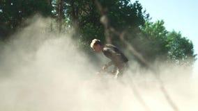 Młody adrenalina kochanek jedzie ATV w okręgach zbiory wideo