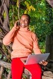 Młody Africain mężczyzny Amerykański pracować outside przy parkiem w Nowy Jork fotografia stock