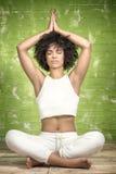 Młody afro dziewczyny medytować Fotografia Stock