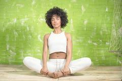 Młody afro dziewczyny medytować Zdjęcia Royalty Free