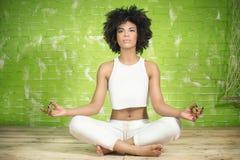 Młody afro dziewczyny medytować Obrazy Royalty Free