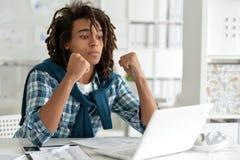 Młody afro mężczyzna pracuje przy biurem Zdjęcie Royalty Free