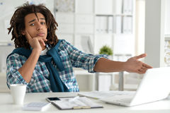 Młody afro mężczyzna pracuje przy biurem Obraz Royalty Free